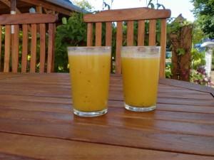 Mango-Banane-Apfel-Pfirsich-Mandarine-Kiwi-Multivitaminsaft-Smoothie